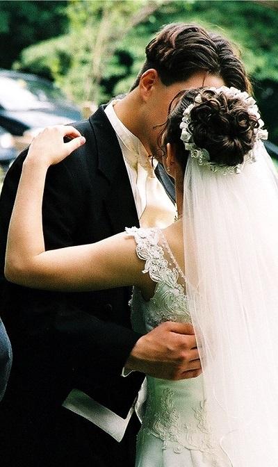 Kissing wedding couple resized